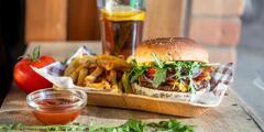 Burger alebo hotdog s hranolčekmi a limonádou