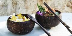 Misky z kokosových škrupín a drevený príbor