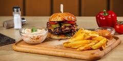 3x burger s hranolčekmi, coleslaw šalátom a dresingom