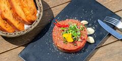 Tatársky biftek pre 2 osoby s výhľadom na hrad a Dunaj