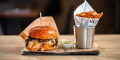 Lahodné domáce burgery s hranolčekmi a omáčkou