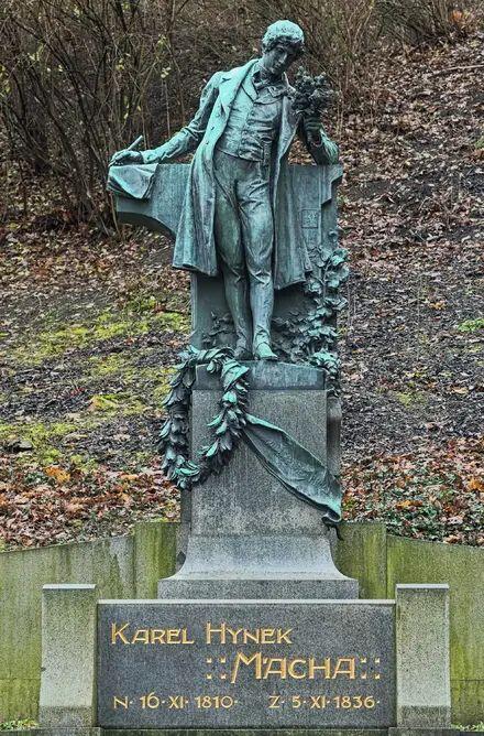 Zamilovaní sa na Petříne už tradične schádzajú na 1. mája pri soche básnika Karla Hynka Máchu v spodnej časti sadov.