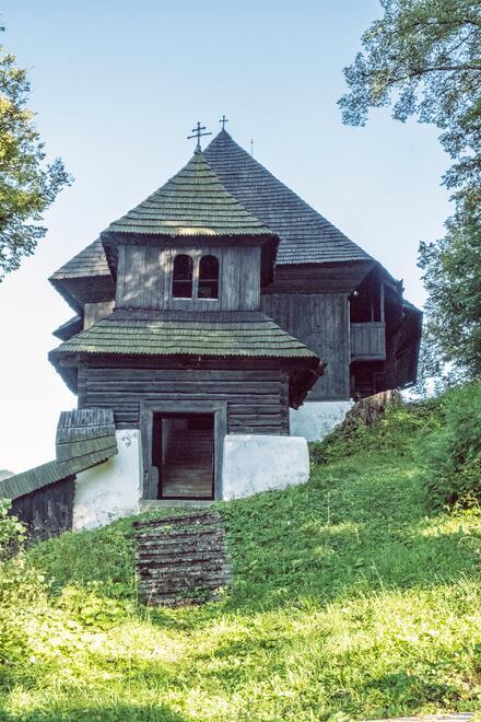Evanjelický kostol v Leštinách bol pôvodne vybudovaný bez zvonov a veže. Vysoká podmurovka slúžila na pochovanie vyšších cirkevných hodnostárov.