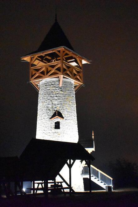 Vyhliadková veža v Holíči je v noci krásne nasvietená. Foto: Holíč/Facebook