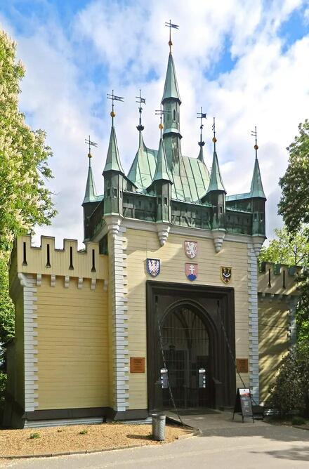 Vchod do Zrkadlového bludiska vyzerá ako veža starobylého hradu.