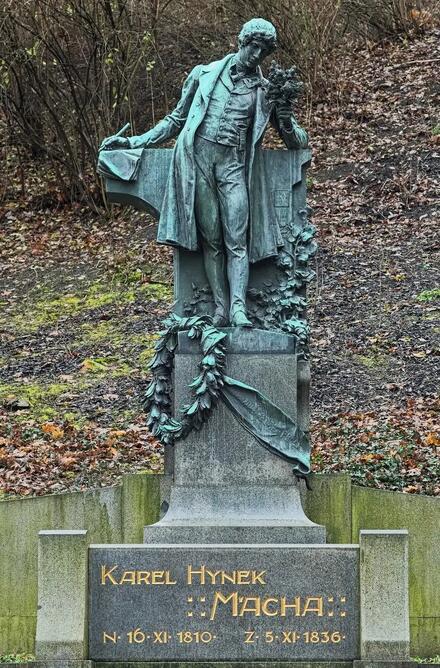Nezabudnite si dať pusu pri soche Karla Hynka Máchu, na 1. mája sa tu bozkávajú zamilované páry.