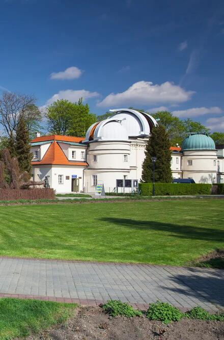 Za Ružovým sadom sa nachádza Štefánikova hvezdáreň, kde sa pravidelne koná pozorovanie dennej i nočnej oblohy.