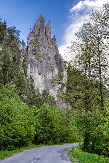 Cesta popod skalnú formáciu v Súľovských skalách.