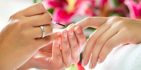 Wellness manikúra s peelingom, voňavým kúpeľom, masážou a parafínový zábal rúk