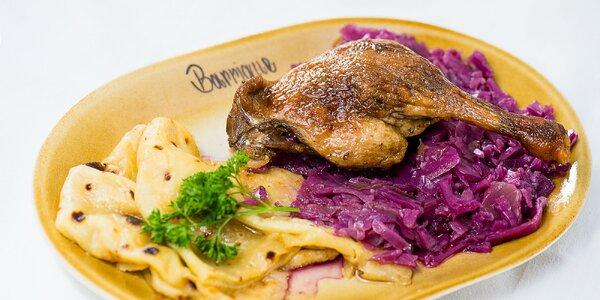Pečená kačica s červenou kapustou a domácimi zemiakovými lokšami
