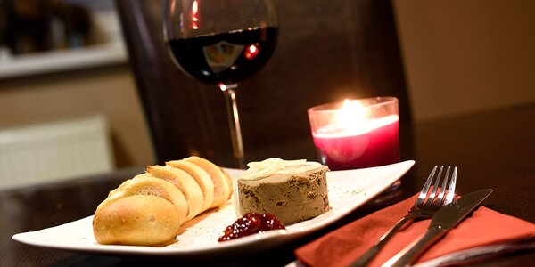 Domáca kačacia paštéta so zapečenou bagetou a vínkom v Doovdee Restaurant.