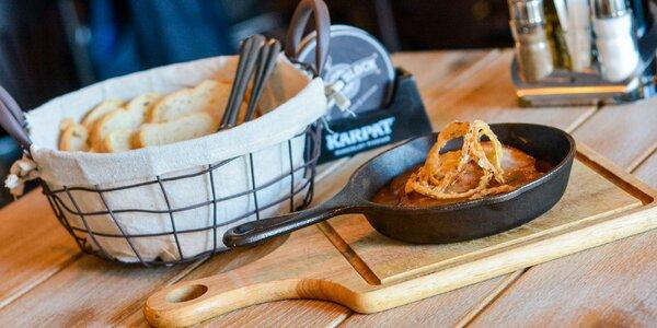 Pečená bravčová krkovička v pivnej omáčke podávaná v panvičke