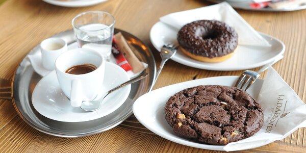 Káva alebo čaj s chutným domácim donutom, croissantom alebo cookie