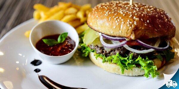 Mix burger s hranolčekmi, cibuľovými krúžkami a barbecue omáčkou