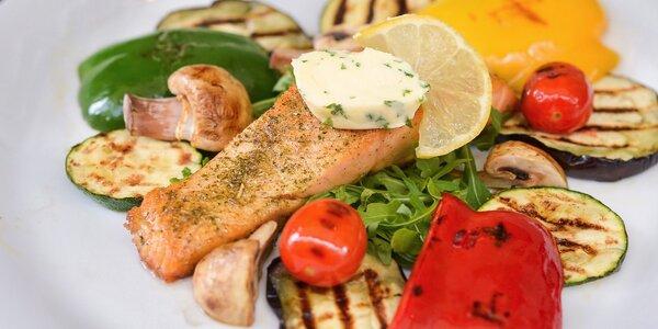 Grilovaný losos so zemiakmi alebo grilovanou zeleninou aj s dezertom