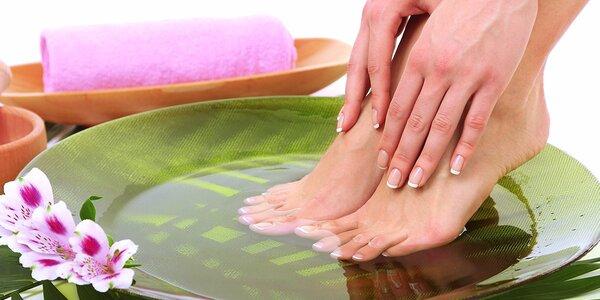 Mokrá pedikúra s lakovaním, reflexnou masážou chodidiel alebo gelovými nechtami