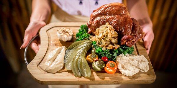 Výborné pečené koleno aj s prílohami a čerstvým chlebom v Šarišskej chiži