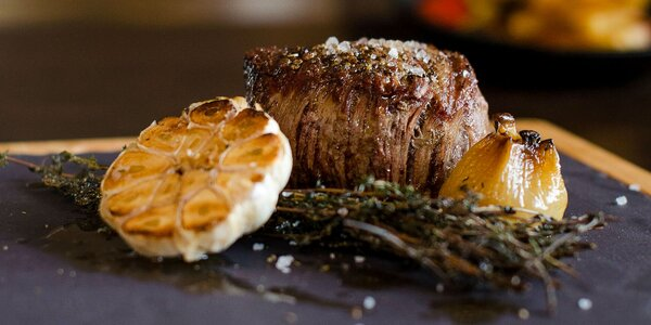 Steak s pfeffer omáčkou, hranolčekmi a grilovanou zeleninou v Taste Restaurant