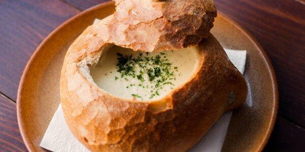 Cesnaková krémová polievka alebo gurmánska fazuľovica v chlebovom bochníku