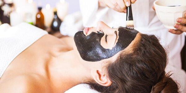 Ošetrenia pleti s aplikáciou čiernej alebo zlatej masky na tvár