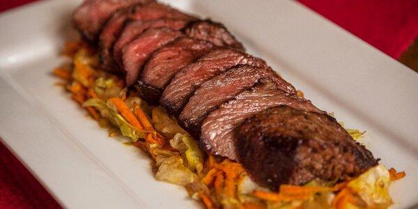 Flank steak v mexickej reštaurácii s prílohou