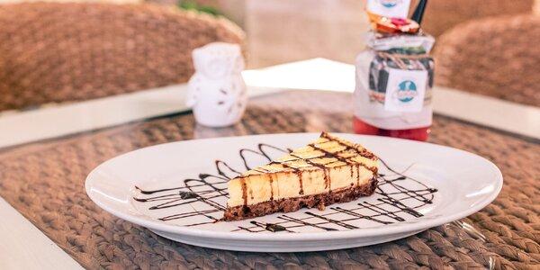 Domáci tvarohový cheesecake a osviežujúci nápoj