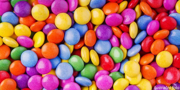 Niečo na chrúmanie: farebné dražé cukríky