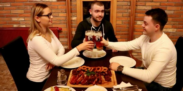 1 kg Pečené bavorské koleno s prílohou alebo 4 veľké pivá s domácimi chipsami