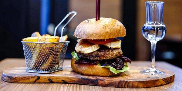 Burger s kozím syrom, slaninovým dipom a hranolčekmi