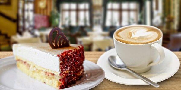 Dva koláče s kávou či čajom a výhľadom na orloj