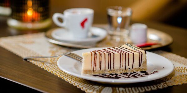 Káva Julis Meinl s croissantom i cheesecakeom