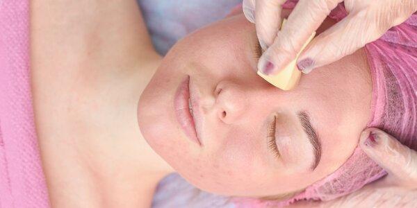 Čistenie aknóznej pleti alebo hydratačné ošetrenie