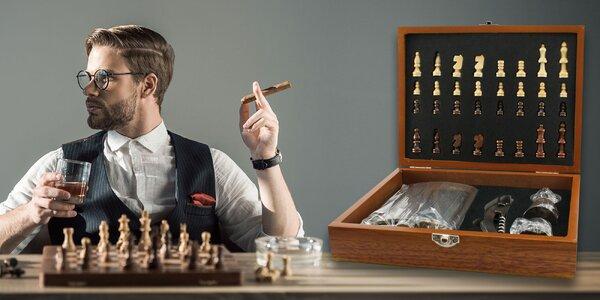 Darčeková šachová kazeta s náprsnou fľašou a príslušenstvom