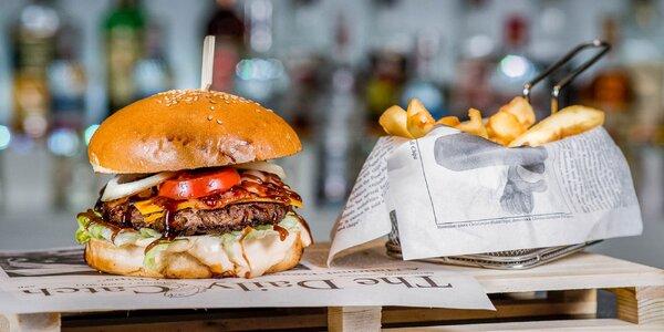 Famózny Texas burger s hranolčekmi a cibuľovými krúžkami
