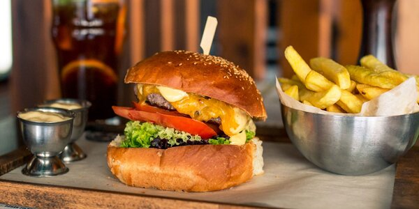 Domáci burger s hranolčekmi a limonádou v OC Optima