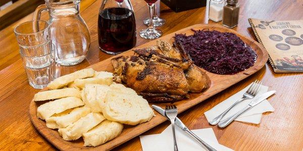 Pečená domáca kačica s kapustou i knedľou v 5 pivárňach