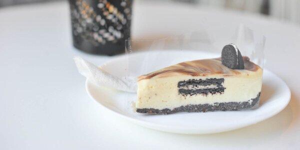 Chutný koláč, zákusok, cheesecake, wafle či palacinky s kávou