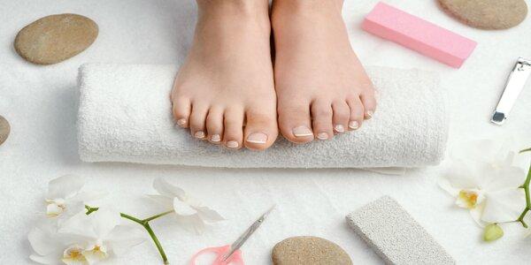 Krásne nohy s kombinovanou pedikúrou