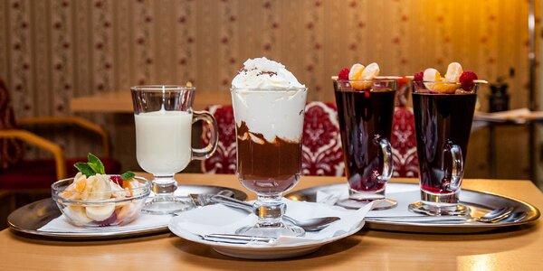 Pravá horúca čokoláda so šľahačkou alebo ovocím