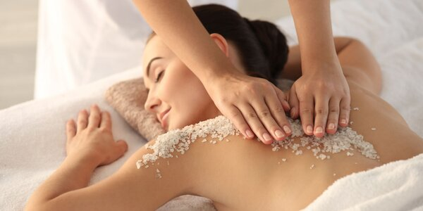 Prírodná peelingová masáž soľou z Mŕtveho mora alebo klasická masáž
