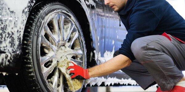 Čistenie auta, voskovanie či renovácia predných svetlometov