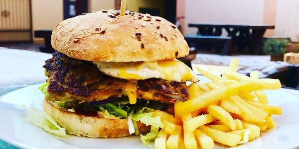 Cheeseburger alebo Boss burger s hranolčekmi a omáčkou