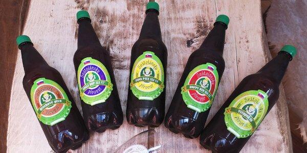 Domáce fľaškové pivo a pohár s logom pivovaru