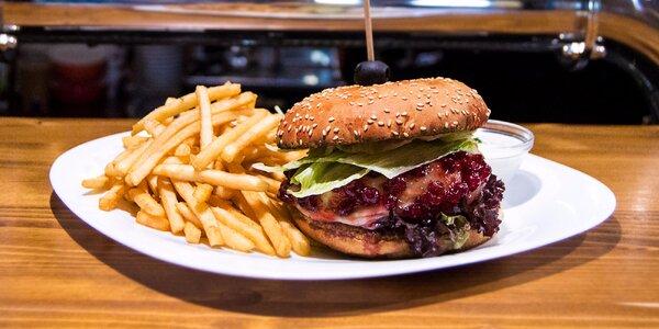 Chutný Berries burger s hranolčekmi