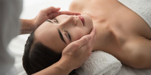 Masáž tváre a dekoltu či líčenie v salóne Golden Relax