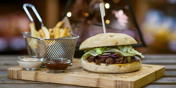 Bajovita burger s trhaným mäsom, hranolčekmi a omáčkou