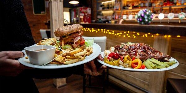 Polkilový burger s hranolčekmi či grilované rebrá + nápoj