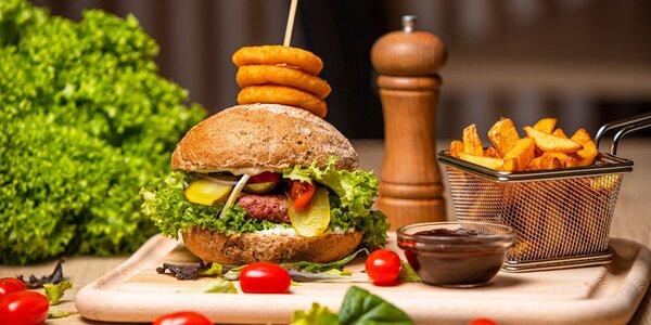 Hovädzí či vegánsky burger s hranolčekmi alebo Philly-dog
