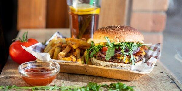 Napratané burgery a hotdogy s hranolčekmi a limonádou