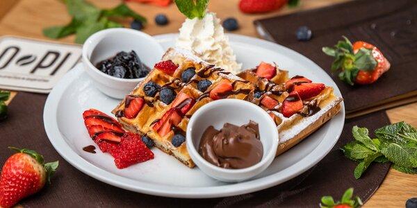 Nadýchané waffle s ovocím, topingom a šľahačkou